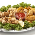 料理メニュー写真若鶏の唐揚げとフライドポテト
