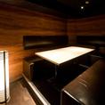 4~8名様まで対応の、ベンチシートの完全個室。
