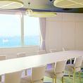 イタリア語で「水平線・地平線」を意味する単語「オリゾンテ」を名に冠するこの個室は、お部屋に入った瞬間に小松島湾の水平線が視界に広がります。壁やテーブルなどは白を基調としたものが配置されており、爽やかなイメージをお届けします。少人数のご会食(結納、祝い膳、法要など)に適したお部屋となっております。