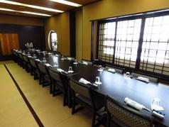 【5F】全席畳席32名様まで収容OKの完全個室をご用意。16席×2に分けることも可能です。座敷にイス・テーブルを置いている為、掘りごたつ席より負荷なくおくつろぎ頂けます。