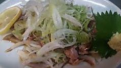料理メニュー写真名物 鶏ももタタキ(特製にんにくポン酢)/薩摩鶏もも刺身(タタキ)