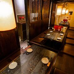 掘り炬燵4名席×3、ゆったりと落ち着いた雰囲気の店内は、柔らかい間接照明が照らす寛ぎの空間。