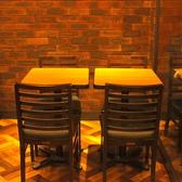 お仕事の打ち合わせにもご利用いただけるテーブル席。新橋駅から近いので、集まる際もスムーズになります。会社帰りのちょい飲みにもオススメです。新橋で軽く飲みたい時はぜひご利用ください。
