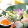 料理メニュー写真ベトナム風海老とアボガドの生春巻き