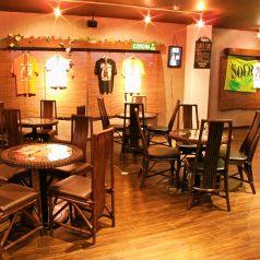 orderで製作したこだわりのイス&テーブルはお洒落♪木のナチュラルな雰囲気をメインにした店内♪ソファ席はゆったり寛いでおしゃべりも☆女子会にもぴったり!!