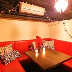 数段の階段を上って頂くと、5名から貸切OKの完全個室♪ソファ席でゆったりくつろげる空間。