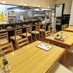 テーブルのお席はレイアウトの変更ができますので、各種飲み会・ご宴会に最適です。ランチでは、大皿でサラダプレートをご用意しております。ボリューム満点で、女性に大人気です◎