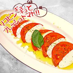 料理メニュー写真モッツァレラと焼きトマトのカプレーゼサラダ