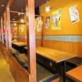 ≪4名様用テーブル席≫お隣りのお客様とはすだれで仕切れることができます!どこか庶民的で親近感があり、常にお客様の元気の源の場所となれるような餃子酒場です。