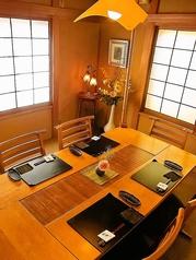【2F】ご家族や親戚同士での食事会、小宴会などで使える万能なテーブル席です。木のぬくもりが居心地の良さを演出。