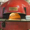 こだわりのナポリ窯で焼き上げるピッツァはもちもちで、薪のかおりが香ばしい逸品です。