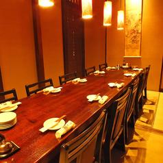 畳の上に、テーブル、椅子の落ち着いた雰囲気のお部屋です。お座敷テーブルは個室最大12名様, 鶴が6席、亀が4席ご用意しております。※写真は、鶴と亀を繋げた10名様席になっております。