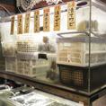 【店内完備】店内の生簀で様々な貝を活かしています!!生きたまま産地から直送され、店内の水槽で元気な状態が保たれます。そして、焼きでも、刺身でも、超新鮮な貝たちが楽しめる、生簀直送の活貝たちをどうぞお楽しみくださいませ♪