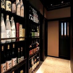"""入口からお席までは焼酎や日本酒など、料理長が選りすぐった""""銘酒""""が並びます。お席に行く間にもお酒好きの心をそそります。飲み放題メニューもが財ますのでご利用下さい。"""