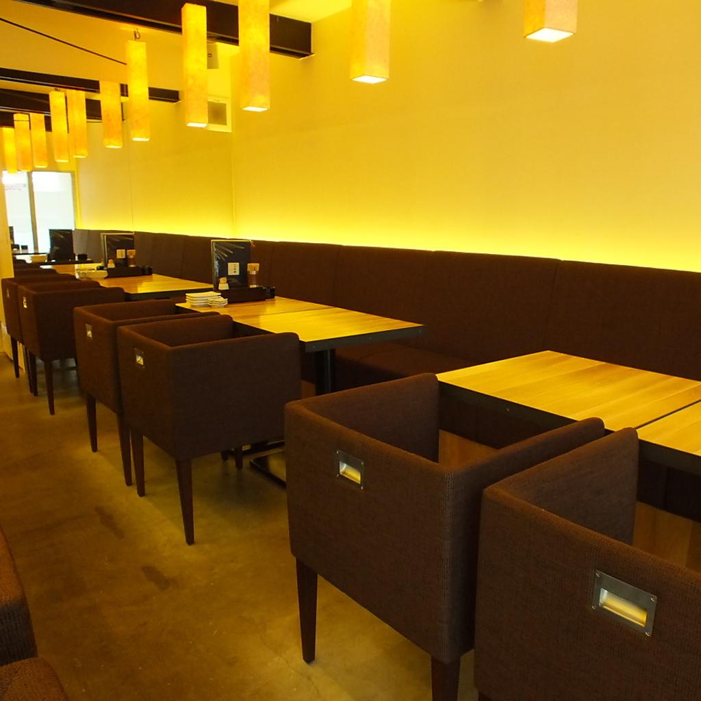 入口に入るとすぐにお目見え『テーブル席』!4名様用お席が3卓、人数に応じて席をお繋ぎできます。