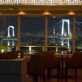 パノラマビューの東京湾を眺める窓際のお席