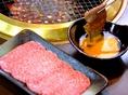 焼き上がりのお肉を特製すき焼きダレへ・・・