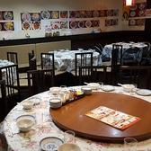 店内は中華定番の円卓席が並びます
