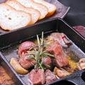 料理メニュー写真牛タンとマッシュルームのアヒージョ うれしいバケット添え