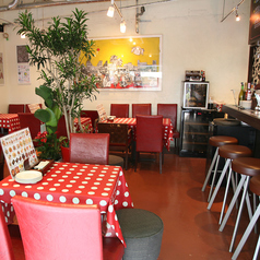 テーブル席は人数に応じて組み合わせ可能です。【西九条 バル 南欧料理 ワイン ピザ パスタ コース料理 女子会 デート 貸切】
