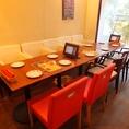 テーブルをつなげて少人数の宴会も可能!お席の詳しいレイアウトはお店にいつでもご相談ください♪パーテーションを置き半個室にすることも可能です。