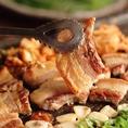 【当店大人気のサムギョプサル】サムギョプサルと選べるお鍋コース飲み放題付3,000円(クーポン適用価格)もございます。ヘムルタンとホルモン鍋 とキムチ餃子プデチゲの3種類の鍋をお好みでお選びください♪♪