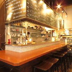 大人な雰囲気の店内はデートにもうってつけ。スタイリッシュなカウンターでお酒を飲みながら会話を楽しめる空間です。