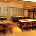 天井も広く開放感の有るオープンスペース。テーブル席も豊富にご用意♪カジュアルなテーブル席も多数。レイアウト変更も可能なお席なので、人数に合わせたお席をご用意させていただきます♪