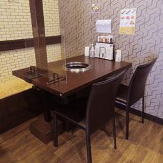 店内には、4名掛けのテーブル席が3テーブルございます。シンプルでスタイリッシュ落ち着いた雰囲気が自慢の店内です。女子会、合コン、デート、誕生日・記念日などのお祝いにもぴったりのお店です!