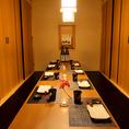 少人数でのご宴会や飲み会、接待などに最適な完全個室はプライベート感溢れる上質な和空間です。落ち着きあるひと時をお過ごし頂ける大人の個室空間。テーブル/喫煙可!新橋駅目の前!徒歩1分♪全席完全個室の高級感ある和の完全個室で歓送迎会/女子会/ご宴会♪