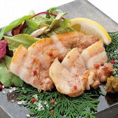 料理メニュー写真豚バラ肉の炙り 柚胡椒添え