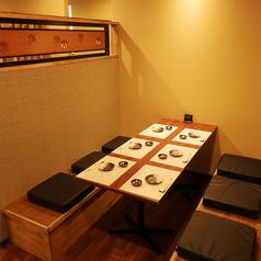 【4~6名様テーブル席】和を基調とした落ち着いた雰囲気の席。各席同士の空間は広めにとってありますので隣を気にすることなくお食事をお楽しみいただけます。