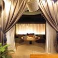 ソファー個室は靴を脱いでおくつろぎ頂けます!カーテンで仕切られプライベート空間をお楽しみください。
