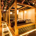 店に入ると廊下は飛び石が配され、まるで離れ部屋に通される気分になります。障子戸を開けると、シックな色でありながらモダンな文様の壁紙、柔らかで温かみのある光加減。陰影を大切にする日本の美を表現したスタイリッシュな造りで、外国からのゲストをお招きするのにも最適な空間です。