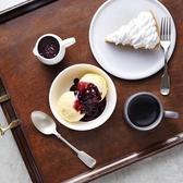 【カフェタイムはカプリで】食後のデザートも充実♪定番の「カボチャのタルト」や、チョコスポンジとチョコレートクリームとを5層に積み重ねた「チョコレートトルテ」♪さらに、濃厚なレアチーズケーキを使用した「チーズケーキ ラズベリーソース」などデザートの種類も豊富♪ちょっとした休憩にもお立ち寄りできます♪