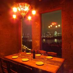 ランタンをイメージしたシャンデリアが灯る個室