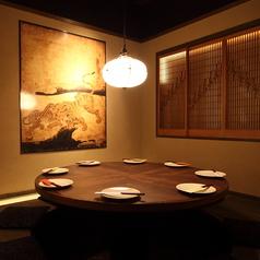 【掘りごたつ】【虎の間】】8名様用個室になります☆丸テーブルも印象的で、暖かな照明と和情緒溢れる室内が落ちつく掘りごたつ個室☆足を伸ばして座れるのでゆったりと寛げます☆職場との宴会や合コンなど中規模なご宴会におすすめです。楽しいひと時をお過ごしください。