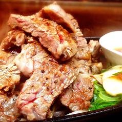 料理メニュー写真ブラックアンガス牛の山盛り肩ロースステーキ