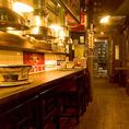 活気あふれる店内には隔たりの無いオープンなテーブル席と、カウンター席をご用意しております。都会の真ん中で昔を思い出しながら楽しい時間をすごせるお店です。昭和のノスタルジーな雰囲気を肌で感じ、おいしいお肉、ホルモンと冷えた生ビールを舌でお楽しみください♪