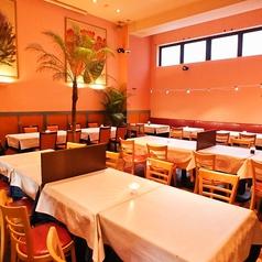 店内のお席は通常の椅子テーブル席やソファ&椅子テーブル席、さらには店舗入口にはテラス席もございます。