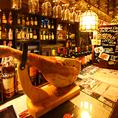 お酒がズラリと並ぶカウンター席。ペンギンバーならではの種類豊富で質の高いおしゃれカクテルをリーズナブルにご提供!