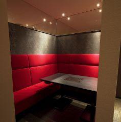 赤いソファが印象的なペアソファー個室。