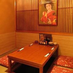 個室タイプで周りを気にせずお食事を楽しめるお席です。全席喫煙もできますので雰囲気の良い空間でゆっくりとご歓談しながらお食事頂けます。周囲を気にせずくつろげるプライベート空間はビジネスシーンにもおすすめです。
