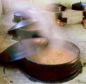 韓国南東部でハンアリ(甕壺)に寝かせて仕込む、料理長の手作りこだわりのサムジャン(野菜包み味噌)。