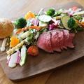 料理メニュー写真ローストビーフのサラダプレート(パン付き)