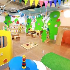 当ビル2Fにパセラお子様遊戯スペースのパセランドが誕生!!カラオケをご利用中のお客様は無料でご利用いただけます!遊戯スペース以外にも、 絵本コーナーやお食事コーナー、 ボードゲームコーナーもあります!