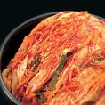 【本場韓国直輸入オリジナルキムチ 】美味しいキムチを追求したら、答えは本場韓国にありました。安楽亭秘伝のレシピと本場韓国で育ったキムチ専用の白菜を、一株ずつ丁寧に漬け込みます。愛情たっぷりキムチをお届けします。