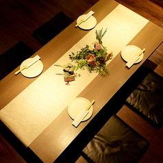 【デザイナーズ空間】数々の飲食店をプロデュースしてきた有名デザイナーによる店内空間★その演出は和モダンであり、木の温もりが感じられる雰囲気となっております。おくつろぎ頂きながら料理とお酒をごゆっくりお楽しみ下さい。