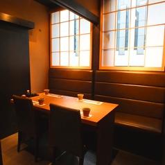 窓があり日差しの入る4名掛けの個室です。お席はすべて喫煙可能ですが、可動式の仕切りがあり、タバコの煙は全く来ない状態となります。おタバコを吸わない方もリラックスしてお過ごしいただけます。