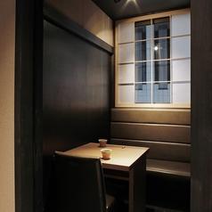 2名個室はデートやご接待でも可能。窓があるお部屋なので、開放的な個室になっております。デートや接待でも人気の個室です。2名個室は2つと6名個室が隣接しているので、つなげて8名、10名、12名と対応できます。